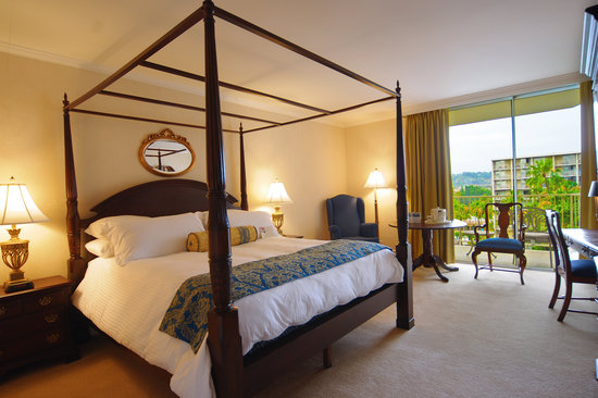 Town and Country Resort & Convention Center: Warm and Inviting Guest Rooms