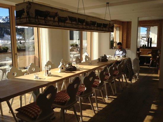 HUBERTUS Alpin Lodge&Spa: Morgensonne im Frühstücksraum