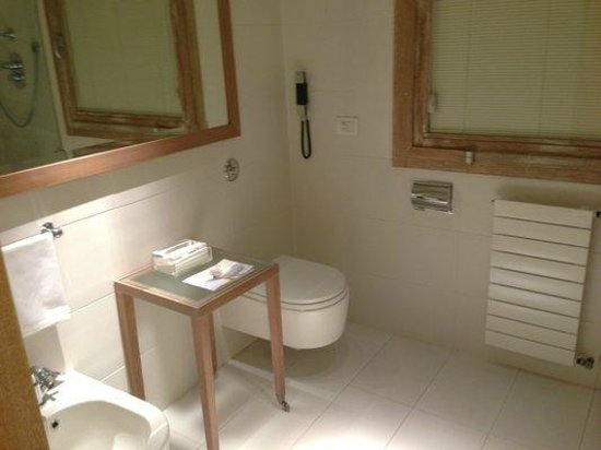 Continentale Firenze: Minimalist bath with heater and towel warmer