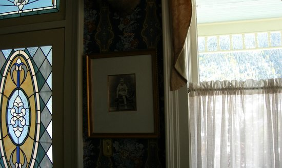 The Animas B&B at the Wingate House: Stained glass, antique family photo & wall paper (Bradbury)