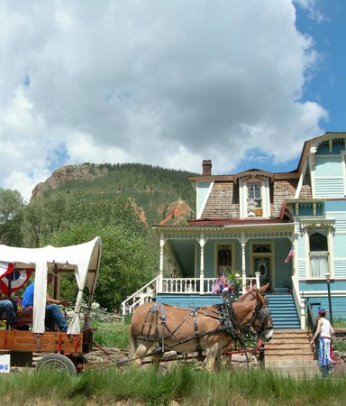 The Animas B&B at the Wingate House: Mules pulling wagon in front of the Wingate