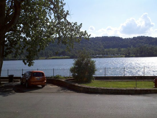 Cohearts Riverhouse: View from the front porch, the Ohio River