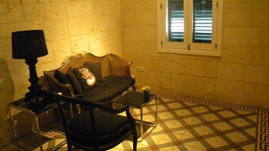 Valletta Suites: Livingroom