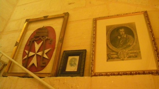Valletta Suites: Wall decorations