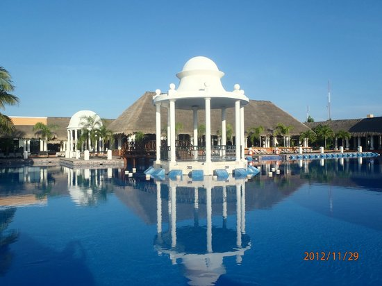 Now Sapphire Riviera Cancun: Main pool area