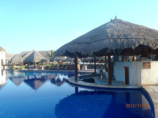 Now Sapphire Riviera Cancun: Swim up bar main pool area
