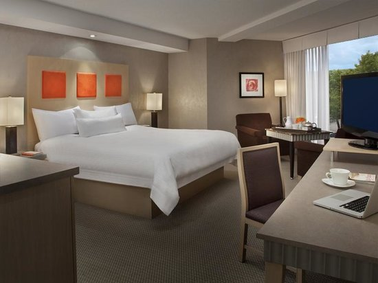 White Oaks Conference Resort & Spa: Tower Room - King