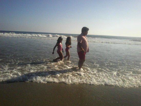 Niños bañándose en Playa Revolcadero Diamante