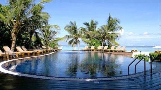 Adaaran Prestige Vadoo: Beautiful swimming pool right by the beach