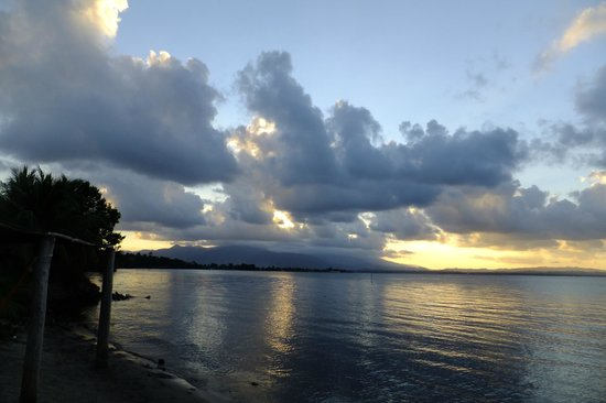 Puerto Barrios, Guatemala : Sunset from beach at Amatique Bay Resort