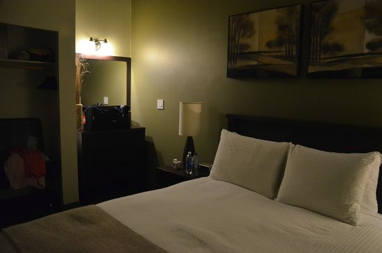 Pacific Sands Beach Resort: Spacious bedroom.