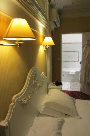 Best Western Hotel D'Anjou : Chambre supérieure, et vue vers la salle de bains