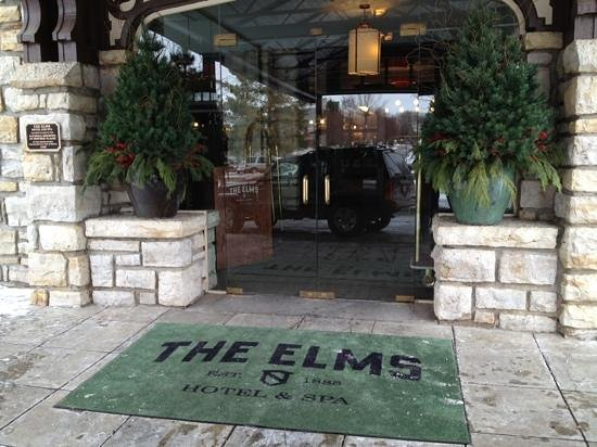 The Elms Hotel and Spa: Entrance decked out for the holidays