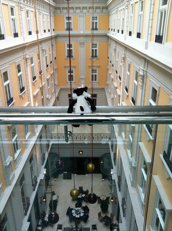 Corinthia Hotel Budapest: View from the walkway over the atrium
