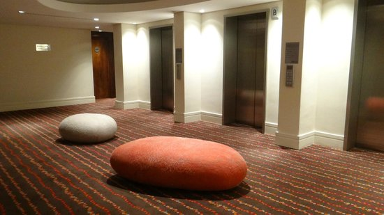 ‪راديسون بلو هوتل ساندتون جوهانسبرج: Fun pebble cushions in the hallways‬