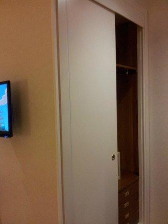 Regente Hotel: tv e armadio 