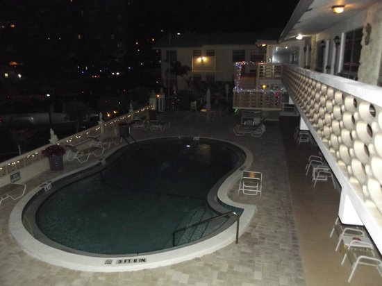 Panther Motel and Apts: pool @night from outside room #17