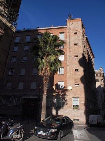 Regencia Colon Hotel: zicht op het hotel vanaf het plein voor de kathedraal