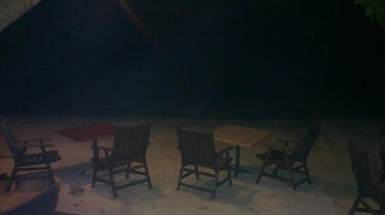 Vaima Polynesian Bar and Restaurant: Yes, the tables really are ON the sand! just beautiful.