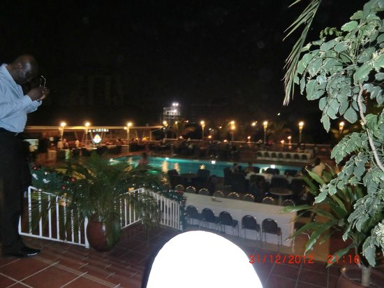 Holiday Inn Accra Airport: Hotel Pool at Night