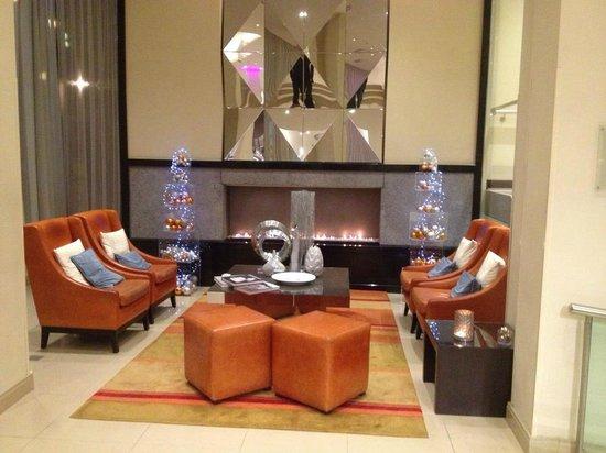 Renaissance Amsterdam Hotel: lobby fireplace