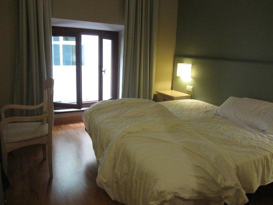 Hotel Arco de San Juan: Cama amplia, habitación un pelín justa