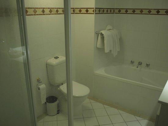 Oaks on Castlereagh: Main Bathroom