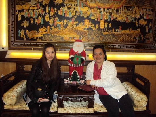 YoMi Hotel: Wife and daughter at reception lobby