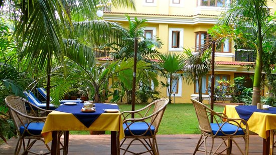 Bougainvillea Guest House Goa: Breakfast in the garden, very pleasant