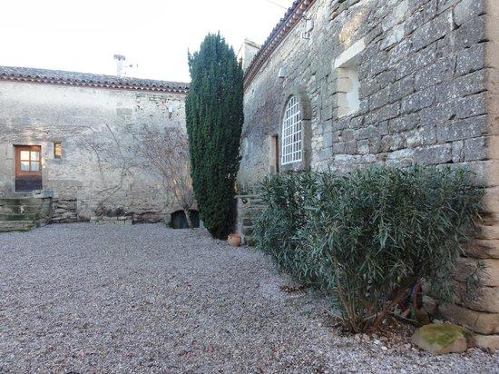 Mas de la Rivoire : Courtyard