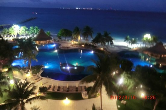 Grand Fiesta Americana Coral Beach Cancun: 部屋からの夜景もロマンチック