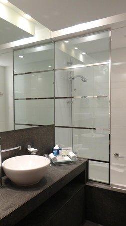 Villa Rotana - Dubai: Sleek zen bathroom
