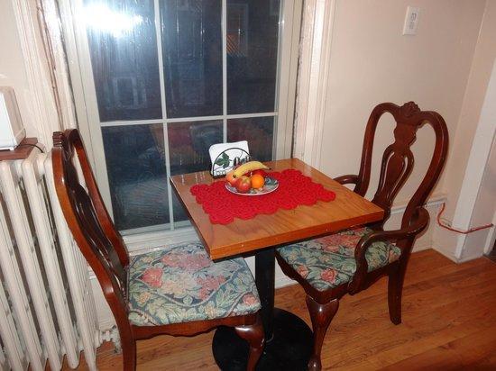 1024 Clinton Street Bed & Breakfast: Ruby Room