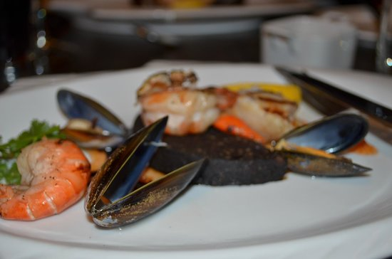 Paddy Coyne's Public House: Scallop and Black pudding, Prawn and Mussels starter..yum!
