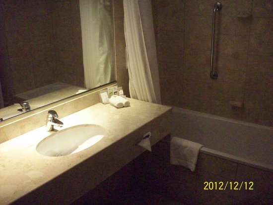 Golden Tulip Reims L Univers: bathroom