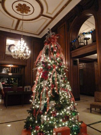 The Read House Historic Inn And Suites: Christmas Tree in Lobby