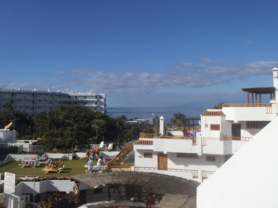 Los Geranios: from front door to playa las americas