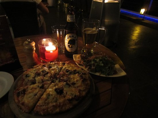 Ole Sereni: Great homemade pizza with a lot of toppings and a fresh salad!