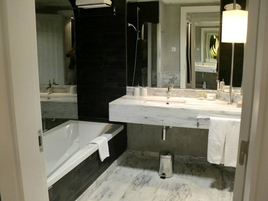 Real Marina Hotel & Spa: lush bathroom
