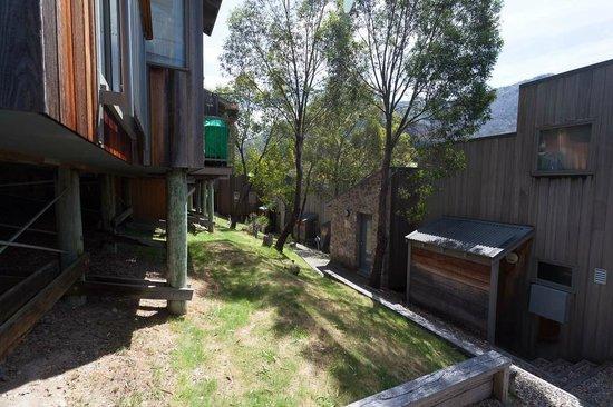 Riverside Cabins: paths between cabins - lots of steps