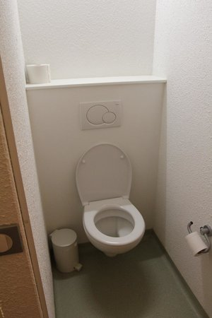 Hotel Ibis Budget Brugge Centrum Station: Toilet with separate door