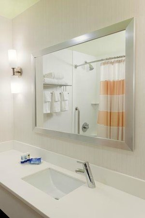 Fairfield Inn & Suites New York Queens/Queensboro Bridge: Guest Bathroom