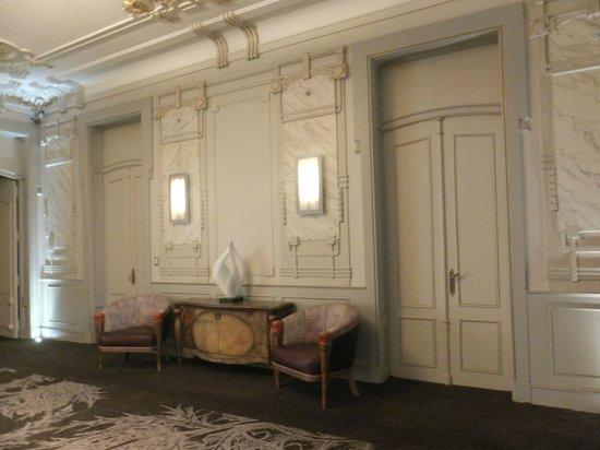 Savoy Hotel: Beautiful decorations on each floor