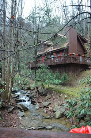 Uncle Bud's Log Cabins: cabin from brdge