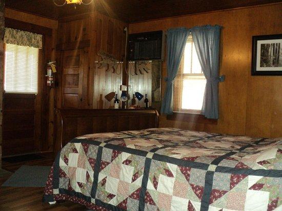 Brevard Inn and Cabins: Room