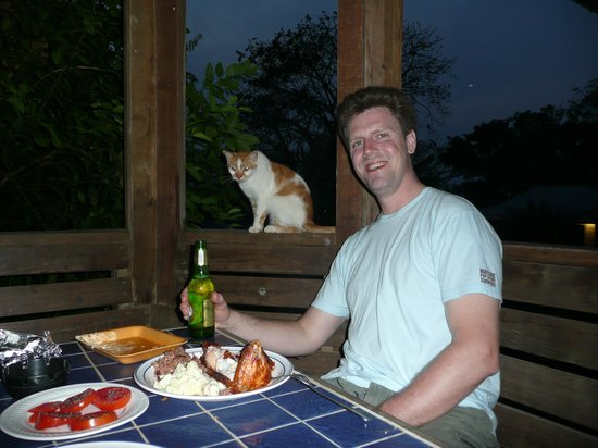 ‪ماريبوسا لودج: Dining al fresco (with el gato) @ Mariposa balcony