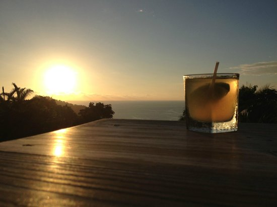 Shana By The Beach, Hotel Residence & Spa: Bar at the top of the road on the left, amazing sunset