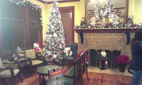 The Cordova Inn: lobby decorated for Christmas