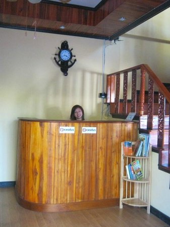 Singharat Guest House: Ms Thuy,reception of guest house