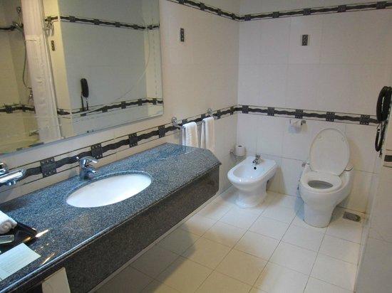 DoubleTree by Hilton Dar es Salaam-Oysterbay: big bathroom